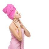 Όμορφο κορίτσι στη ρόδινη πετσέτα Στοκ εικόνα με δικαίωμα ελεύθερης χρήσης