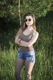 Όμορφο κορίτσι στη φύση μια καυτή θερινή ημέρα Στοκ φωτογραφία με δικαίωμα ελεύθερης χρήσης