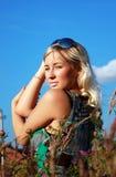 Όμορφο κορίτσι στη χλόη Στοκ Εικόνα