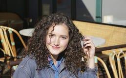 Όμορφο κορίτσι στον καφέ του Παρισιού στοκ εικόνες