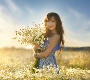 Όμορφο κορίτσι στον τομέα μαργαριτών Στοκ Εικόνα
