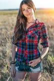 Όμορφο κορίτσι στον τομέα brunette, με τη μακριά τρίχα brunette, που χαλαρώνει στη φύση, κινηματογράφηση σε πρώτο πλάνο Διορθώνει Στοκ Εικόνες
