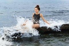 Όμορφο κορίτσι στον ψεκασμό αφρού θάλασσας των κυμάτων Στοκ φωτογραφία με δικαίωμα ελεύθερης χρήσης