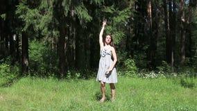 Όμορφο κορίτσι στους γκρίζους χορούς φορεμάτων απόθεμα βίντεο