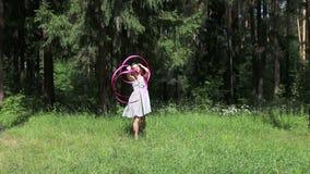 Όμορφο κορίτσι στους χορούς φορεμάτων με τη ρόδινη κορδέλλα απόθεμα βίντεο