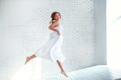Όμορφο κορίτσι στο άσπρο πέταγμα φορεμάτων Στοκ εικόνες με δικαίωμα ελεύθερης χρήσης