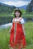 Όμορφο κορίτσι στο εθνικό φόρεμα σε ένα δάσος Στοκ εικόνες με δικαίωμα ελεύθερης χρήσης