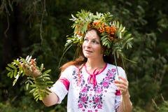 Όμορφο κορίτσι στο εθνικό φόρεμα Στοκ φωτογραφία με δικαίωμα ελεύθερης χρήσης