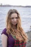 Όμορφο κορίτσι στο ελεγμένο φόρεμα κοντά στον ποταμό Στοκ Φωτογραφίες