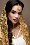 Όμορφο κορίτσι στο ινδικό ύφος με ένα μαντίλι στο κεφάλι της Πρότυπο με ένα δημιουργικό και φωτεινό makeup στοκ φωτογραφίες