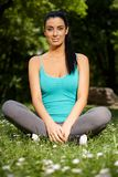 Όμορφο κορίτσι στο κάθισμα ραφτών στο χαμόγελο citypark στοκ εικόνες με δικαίωμα ελεύθερης χρήσης
