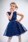 Όμορφο κορίτσι στο καθιερώνον τη μόδα φόρεμα στοκ εικόνες