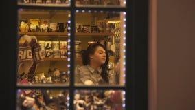 Όμορφο κορίτσι στο κατάστημα Χριστουγέννων 25 03 2017 - ΡΗΓΑ - ΛΕΤΟΝΙΑ απόθεμα βίντεο