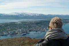 Όμορφο κορίτσι στο κοίταγμα άποψης Στοκ εικόνες με δικαίωμα ελεύθερης χρήσης