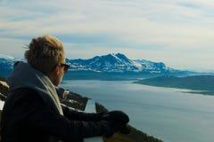 Όμορφο κορίτσι στο κοίταγμα άποψης Στοκ φωτογραφία με δικαίωμα ελεύθερης χρήσης