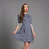 Όμορφο κορίτσι στο κοντό φόρεμα Στοκ φωτογραφία με δικαίωμα ελεύθερης χρήσης