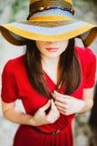 Όμορφο κορίτσι στο κόκκινο φόρεμα Στοκ Εικόνα