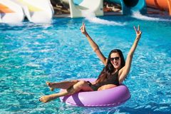 Όμορφο κορίτσι στο λαστιχένιο δαχτυλίδι στην πισίνα στοκ φωτογραφία με δικαίωμα ελεύθερης χρήσης
