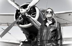 Όμορφο κορίτσι στο μαύρο σακάκι που στέκεται σε ένα πολεμικό αεροσκάφος. Στοκ εικόνες με δικαίωμα ελεύθερης χρήσης