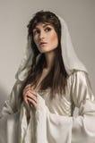 Όμορφο κορίτσι στο μεσαιωνικό όμορφο φόρεμα στοκ εικόνα με δικαίωμα ελεύθερης χρήσης