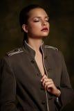 Όμορφο κορίτσι στο μοντέρνο παλτό στο σκοτεινό υπόβαθρο Στοκ Εικόνες