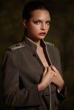 Όμορφο κορίτσι στο μοντέρνο παλτό στο σκοτεινό υπόβαθρο Στοκ εικόνα με δικαίωμα ελεύθερης χρήσης