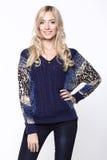 Όμορφο κορίτσι στο μπλε πουλόβερ και τα τζιν Στοκ Εικόνα