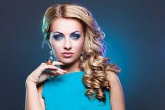 Όμορφο κορίτσι στο μπλε φόρεμα στοκ εικόνες με δικαίωμα ελεύθερης χρήσης