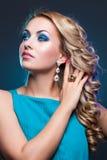 Όμορφο κορίτσι στο μπλε φόρεμα στοκ εικόνα