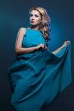 Όμορφο κορίτσι στο μπλε φόρεμα στοκ φωτογραφίες