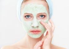 Όμορφο κορίτσι στο λουτρό και μάσκα για την του προσώπου φροντίδα δέρματος στοκ φωτογραφίες