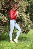 Όμορφο κορίτσι στο πάρκο για έναν περίπατο στοκ εικόνα με δικαίωμα ελεύθερης χρήσης