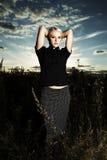 Όμορφο κορίτσι στο πεδίο Στοκ φωτογραφία με δικαίωμα ελεύθερης χρήσης