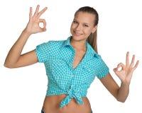 Όμορφο κορίτσι στο πουκάμισο που παρουσιάζει εντάξει σημάδια χεριών πλήρης Στοκ Φωτογραφία