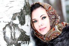Όμορφο κορίτσι στο σάλι στοκ εικόνες με δικαίωμα ελεύθερης χρήσης