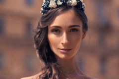 Όμορφο κορίτσι στο υπόβαθρο των παλαιών κτηρίων τούβλου Στοκ Φωτογραφίες