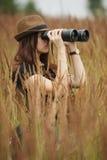 Όμορφο κορίτσι στο υψηλό πορτρέτο χλόης Στοκ Φωτογραφία
