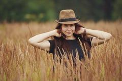Όμορφο κορίτσι στο υψηλό πορτρέτο χλόης Στοκ Εικόνες