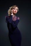 Όμορφο κορίτσι στο φόρεμα σιφόν δαντελλών Στοκ Φωτογραφίες