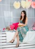 Όμορφο κορίτσι στο χρωματισμένο στούντιο ντεκόρ Στοκ Εικόνα