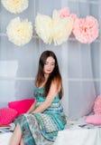 Όμορφο κορίτσι στο χρωματισμένο στούντιο ντεκόρ Στοκ φωτογραφία με δικαίωμα ελεύθερης χρήσης