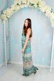 Όμορφο κορίτσι στο χρωματισμένο στούντιο ντεκόρ Στοκ Φωτογραφία