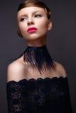 Όμορφο κορίτσι στο ύφος Gatsby με ένα περιλαίμιο των φτερών και του μπλε φορέματος δαντελλών Πρότυπο με το hairstyle από τη δεκαε Στοκ φωτογραφία με δικαίωμα ελεύθερης χρήσης