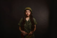 Όμορφο κορίτσι στρατού με το τουφέκι που απομονώνεται στο Μαύρο Στοκ Εικόνα