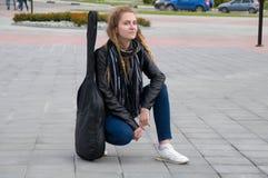 Όμορφο κορίτσι του Yong στο αστικό υπόβαθρο μονοχρωματικό Στοκ Εικόνες