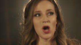 Όμορφο κορίτσι τραγουδιστών οπερών 4k στενός επάνω πορτρέτου του τραγουδιστή καλλιτεχνών απόθεμα βίντεο