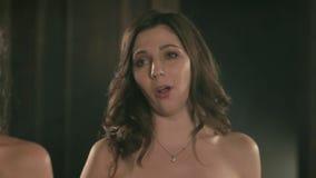 Όμορφο κορίτσι τραγουδιστών οπερών δύο 4k στενός επάνω πορτρέτου του τραγουδιστή καλλιτεχνών απόθεμα βίντεο