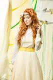 όμορφο κορίτσι φορεμάτων κίτρινο στοκ φωτογραφία με δικαίωμα ελεύθερης χρήσης