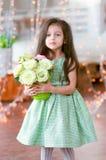όμορφο κορίτσι φορεμάτων πράσινο λίγο όμορφο ρ Στοκ φωτογραφίες με δικαίωμα ελεύθερης χρήσης