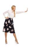 Όμορφο κορίτσι φούστα με τα λουλούδια που απομονώνεται στη μαύρη Στοκ εικόνα με δικαίωμα ελεύθερης χρήσης